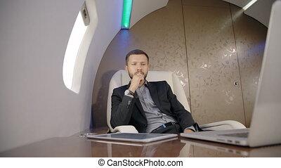 vol, expert, séance, pensée, jeune, ordinateur portable, avion., homme affaires, devant, pendant, investisseur, analyste