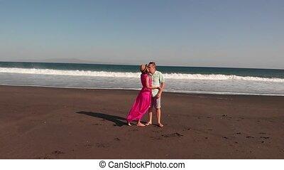 volcanique, aérien, bali, couple, voler, jeune, sable noir, vidéo, 4k, time., island., plage, coucher soleil, baisers