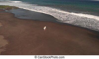 volcanique, aérien, bali, couple, voler, jeune, sable, vidéo, 4k, time., island., plage, coucher soleil, noir