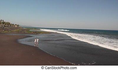 volcanique, aérien, bali, utilisation, couple, voler, jeune, sable, bourdon, vidéo, 4k, time., island., plage, coucher soleil, noir