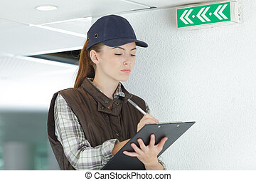 volgende, klembord, afslaf, vrouwlijk, groene, inspecteur, meldingsbord