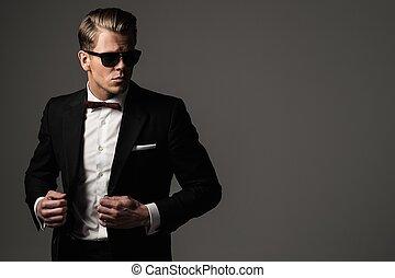 volhardend, scherp, geklede, man, in, zwart kostuum