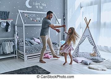 volle, dochter, dancing, andere., elke, vader, lengte, terwijl, elke, holdingshanden, slaapkamer, het glimlachen, het genieten van, minuut