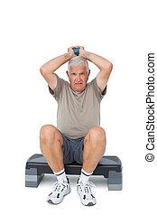 volles längenporträt, von, a, älterer mann, trainieren