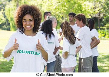 volontär, tummar uppe, visande