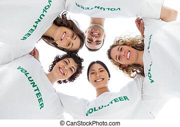 voluntario, gente, tshirt, vista, bajo, llevando, ángulo