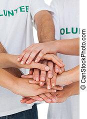 voluntarios, manos juntos, poniendo