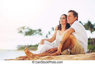volwassen paar, het genieten van, ondergaande zon , op het...