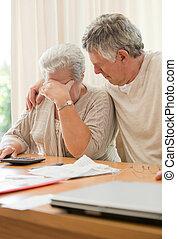 volwassen paar, huiselijk, verdrietige , hun, het berekenen, rekeningen