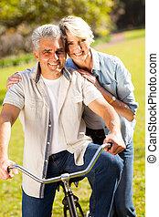volwassen paar, met, fiets, buitenshuis