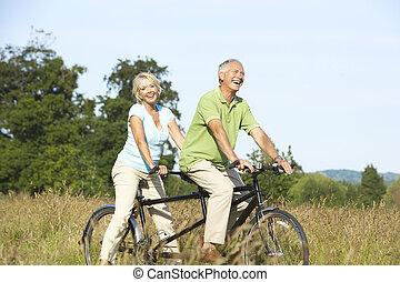 volwassen paar, paardrijden, tandem
