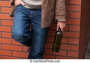 volwassene, man, met, fles van wijn