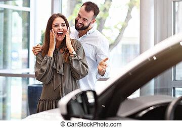 volwassene, man, vervaardiging, verrassing, om te, mooie vrouw, in auto, toonzaal