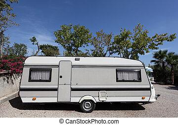 vontatott lakókocsi, házhely, kempingezés