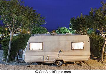 vontatott lakókocsi, képben látható, egy, kempingezés házhely