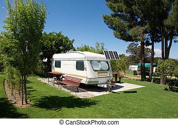 vontatott lakókocsi, táborhely