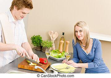 voorbereiden, slaatje, paar, etentje, keuken, vrolijke