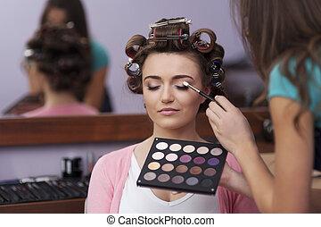 voorbereiding, in, kapper, en, kunstenaar makeup