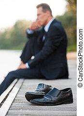 voorgrond, behoeftes, blootsvoets, schoentjes, zittende , weg, bovenkant, het leggen, now., verblijf, het kijken, quayside, nadenkend, kin, vasthouden, aanzicht, alleen, zakenman, hand, terwijl, hij