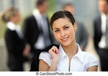 voorkant, businesswoman, collega's, stond, buiten