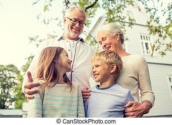voorkant, woning, gelukkige familie, buitenshuis