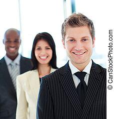 voorkant, zakenman, het glimlachen, zijn, team