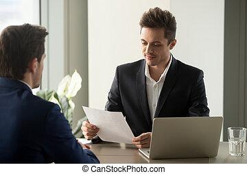 voorzichtig, ondernemer, lezende , termijnen, contracteren