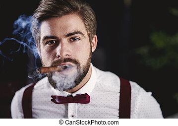 vorderansicht, von, hübsch, mann- rauchen, kubanische, zigarre