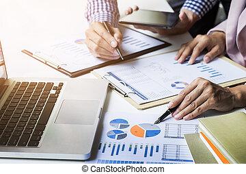 vorm een team werk, process., jonge, zakelijk, managers, bemanning, werkende , met, nieuw, start, project., labtop, op, hout, tafel, het typen, toetsenbord, texting, boodschap, analyseren, grafiek, plans.