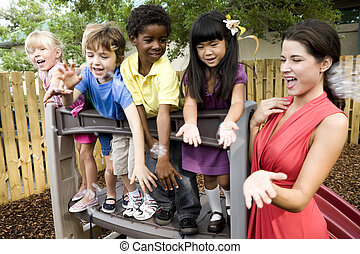 vorschulisch, kinder, spielen, auf, spielplatz, mit, lehrer