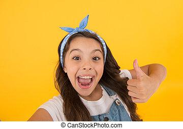 vous, approbation, peu, virage, faire gestes, haut., enfant, il, girl, arrière-plan., ton, petit, haut, si, sourire heureux, thumb., donner, pouce, satisfaction., mettre, aimer, jaune, geste