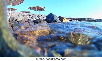 vous, vue., boîte, couvert chaume, vagues, mouvement, côtier, rouleau, mer, lent, rouges, sur, drapeau, parapluies, jetée, rivage rocheux, plage, voir, sous-marin