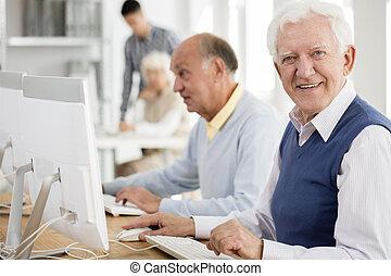 vovô, desfrutando, computador, classes