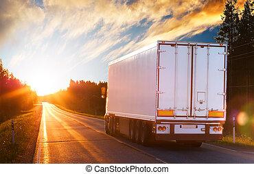 vrachtwagen, op, de, asfalteren straat, in, de, avond