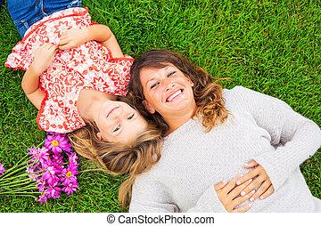 vrai, fille, délassant, mère, dépenser, ensemble, dehors, émotions, grass., vert, temps, qualité, heureux