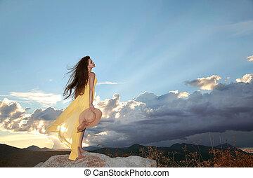 vrede, jurkje, sunset., meisje, kosteloos, hemel, vrouw, sun., beauty, natuur, brunette, wolken, gele, sereniteit, hoedje, het genieten van, mooi, op, enjoyment., vrolijke