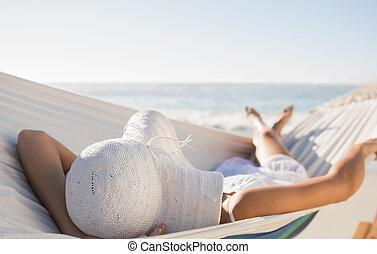 vredig, vrouw, in, sunhat, relaxen, op, hangmat