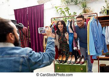 vriend, het fotograferen, paar, op, de opslag van de kleding