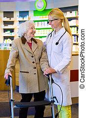 vriendelijke arts, met, patiënt, gebruik, walker