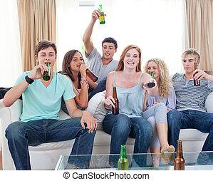 vrienden, drinkt, bier, thuis, en, het schouwen tv