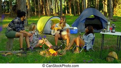 vrienden, hebben, bos, 4k, vreugdevuur, plezier
