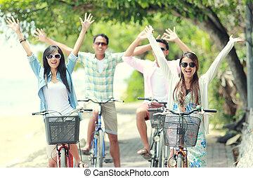 vrienden, hebbend plezier, rijdende fiets, samen