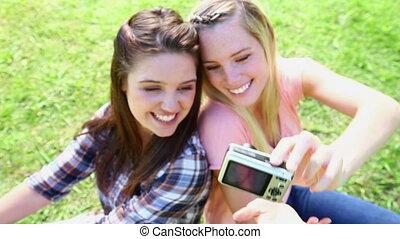 vrienden, het glimlachen, zich, het fotograferen