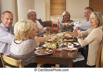 vrienden, het trekken, kerst crackers, op, een, diner partij