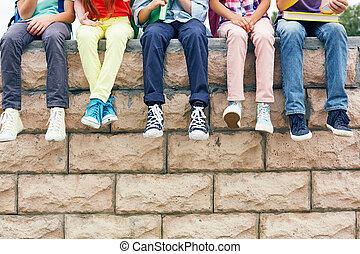vrienden, op, baksteen muur
