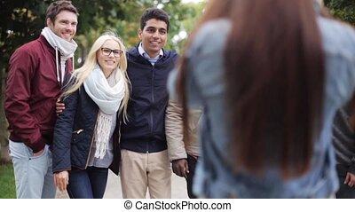 vrienden, park, het fotograferen, vrolijke