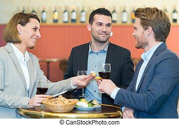 vrienden, socializing, in, de, wijn bar