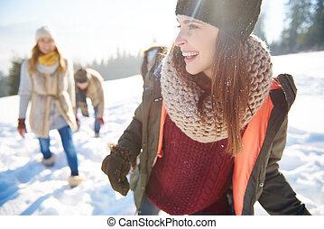 vrienden, vieren, feestdagen, op, de, sneeuw