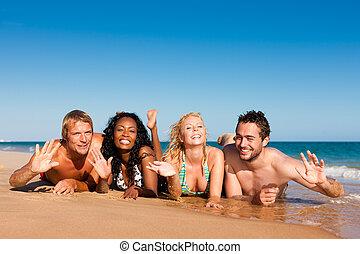 vrienden, zet op het strand vakantie