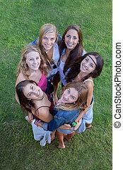 vriendschap, het glimlachen, groep, tieners